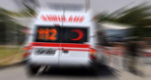 Park halindeki ambulansa taş atıp kaçtılar