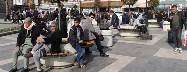 Diyarbakırlılar güneşli havanın tadını çıkardı