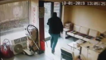Acemi hırsız iş yeri sahibine yakalandı
