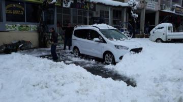 Kar yağışı yolları kapattı
