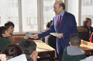 Video Haber: Öğrencilere karne hediyesi olarak kitap verildi