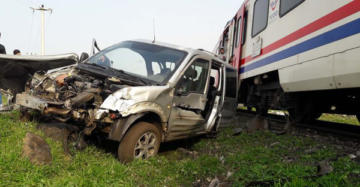 Yolcu treni ticari araca çarptı