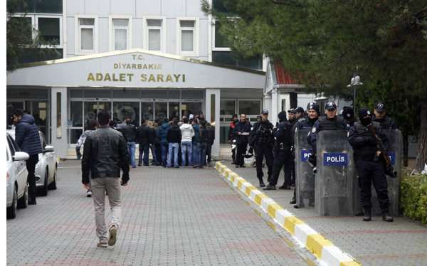 HDP'li eşbaşkanlar 8 gün sonra adliyeye çıkarıldı