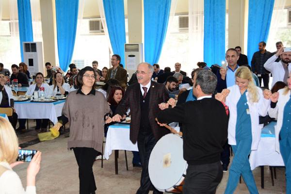 DÜ'de sağlık çalışanlarından sürpriz moral konseri