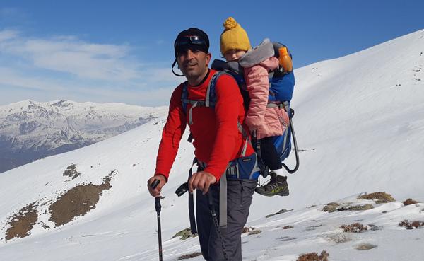 2,5 yaşındaki Lina anne ve babasıyla tırmanışa katıldı