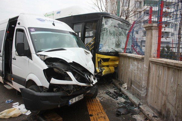 Video Haber: Otobüs ile servis minibüsü çarpıştı: 13 yaralı