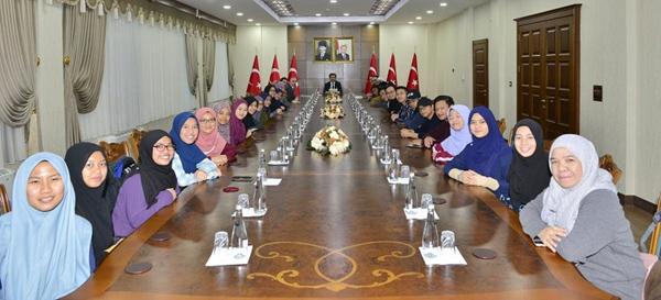 Malezyalı gençlerden Vali Güzeloğlu'na ziyaret