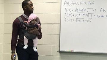Ders süresince öğrencisinin bebeğini taşıdı