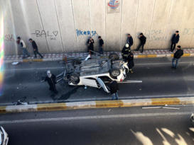Otoyolda sıkıştırılan otomobil köprüden uçtu: 5 yaralı