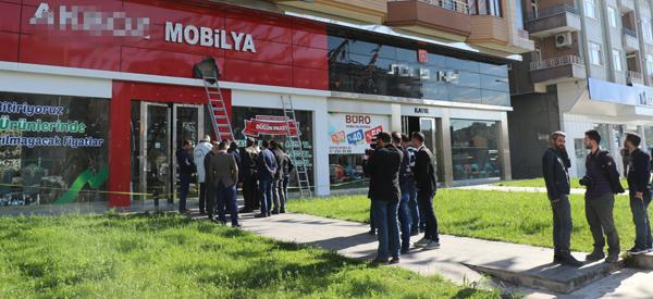 AK Parti'nin bulunduğu binaya kurşun isabet etti