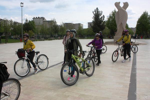 Bisikletli kadınlar Diyarbakır'da pedal çevirdi