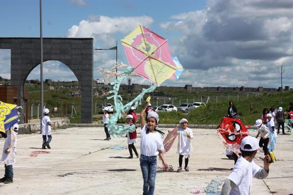 Diyarbakır'da bin çocuk hayalini uçurtmalarla göklere bıraktı
