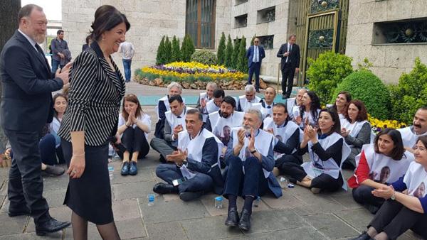 HDP'li vekillerden Meclis Başkanlığı önünde eylem