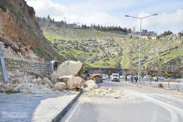 Dev kayalar karayoluna düştü