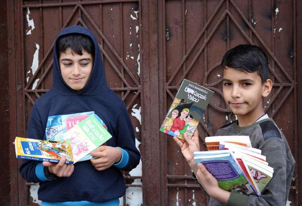 Kitap satarak ailelerine destek oluyorlar