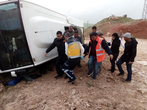 Yolcu midibüsü devrildi: 1'i ağır 13 yaralı