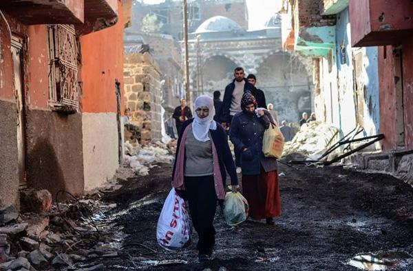 Dört gazeteci Sur'u gezdi: Cenaze bizim, Allah rahmet eylesin