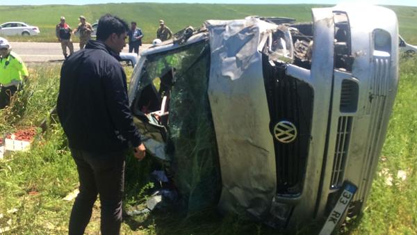 Lastiği patlayan araç tarlaya uçtu: 2'si ağır 4 yaralı