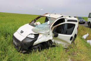 Hafif ticari araç şarampole yuvarlandı: 3 yaralı