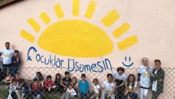 Köy okulunu boyayıp çizgi film karakterleriyle süslediler