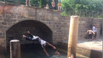 Anzele'de yüzen çocuklar ve dökülen anıt