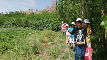 Çocuklar Hevsel Bahçesi'nde doğa yürüyüşüne çıktı