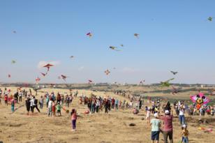 Çocuklar Kırklar Dağı'nda uçurtmalar uçurdu