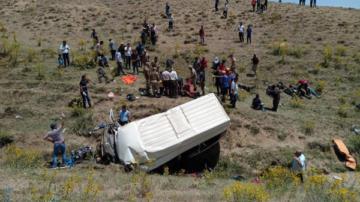 Göçmenleri taşıyan minibüs şarampole devrildi: 17 ölü, 50 yaralı