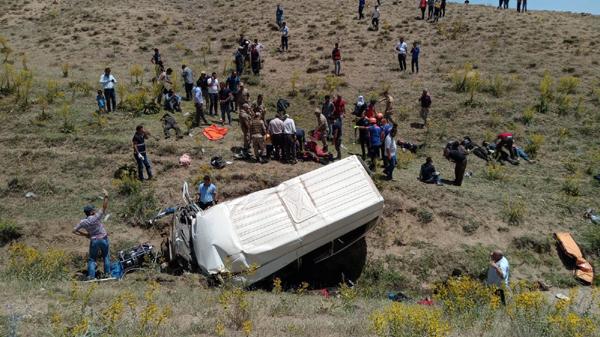 Göçmenleri taşıyan minibüs şarampole devrildi: 15 ölü