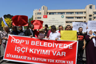 Büyükşehir Belediyesi önünde protesto