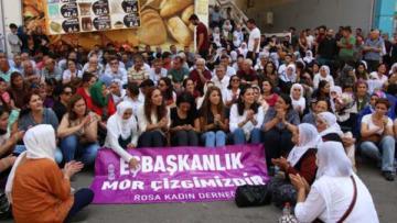 Oturma eylemine kadınlardan destek