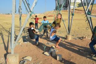 Parkları olmayan çocuklar yüksek gerilim hattına salıncak kurdu