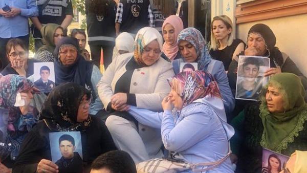 Bakan Selçuk, HDP önünde eylem yapan aileleri ziyaret etti
