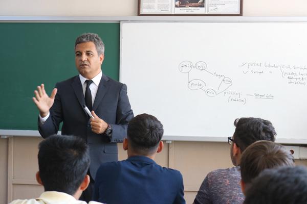 Milli eğitim müdürü sınıfta ders verdi