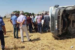 Tekerleği fırlayan kamyonet tarlaya yuvarlandı: 2 yaralı