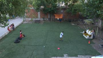Oğlu için evinin bahçesini halı sahaya çevirdi