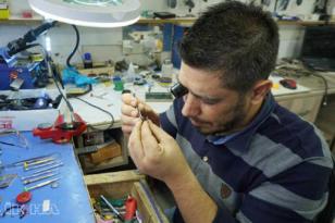 VİDEO HABER – Eski saatleri zamana direnerek tamir ediyor