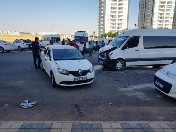 Öğrenci servisi kaza yaptı: 9 yaralı