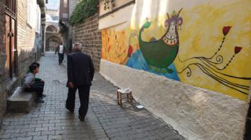 Sur sokakları kadın figürleri ile renklendirildi