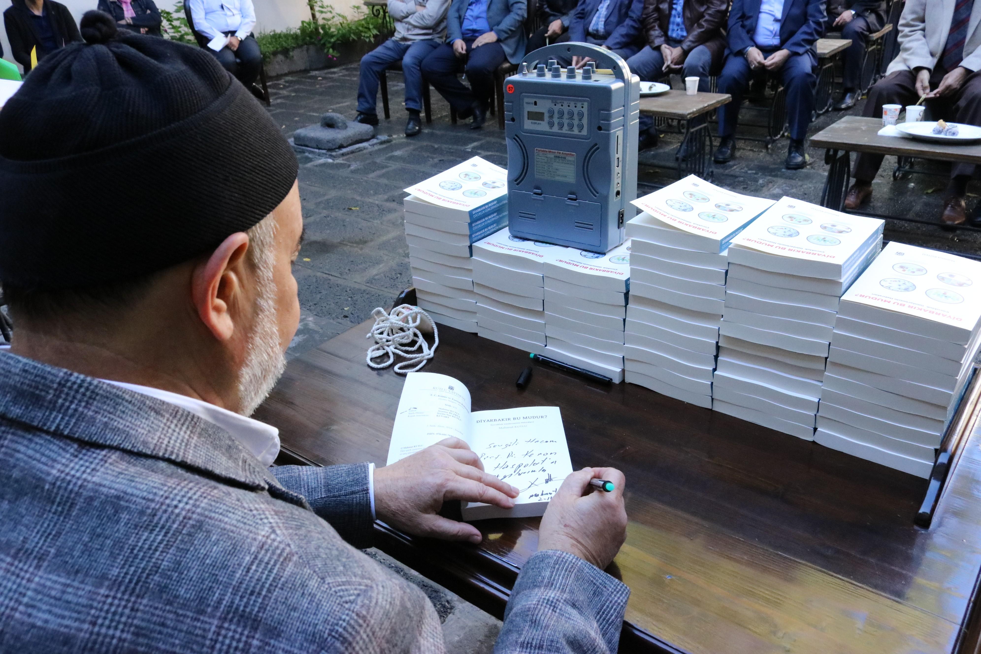Yazar Mahmut Kutlu kitap tanıtımında okurlarıyla bir araya geldi