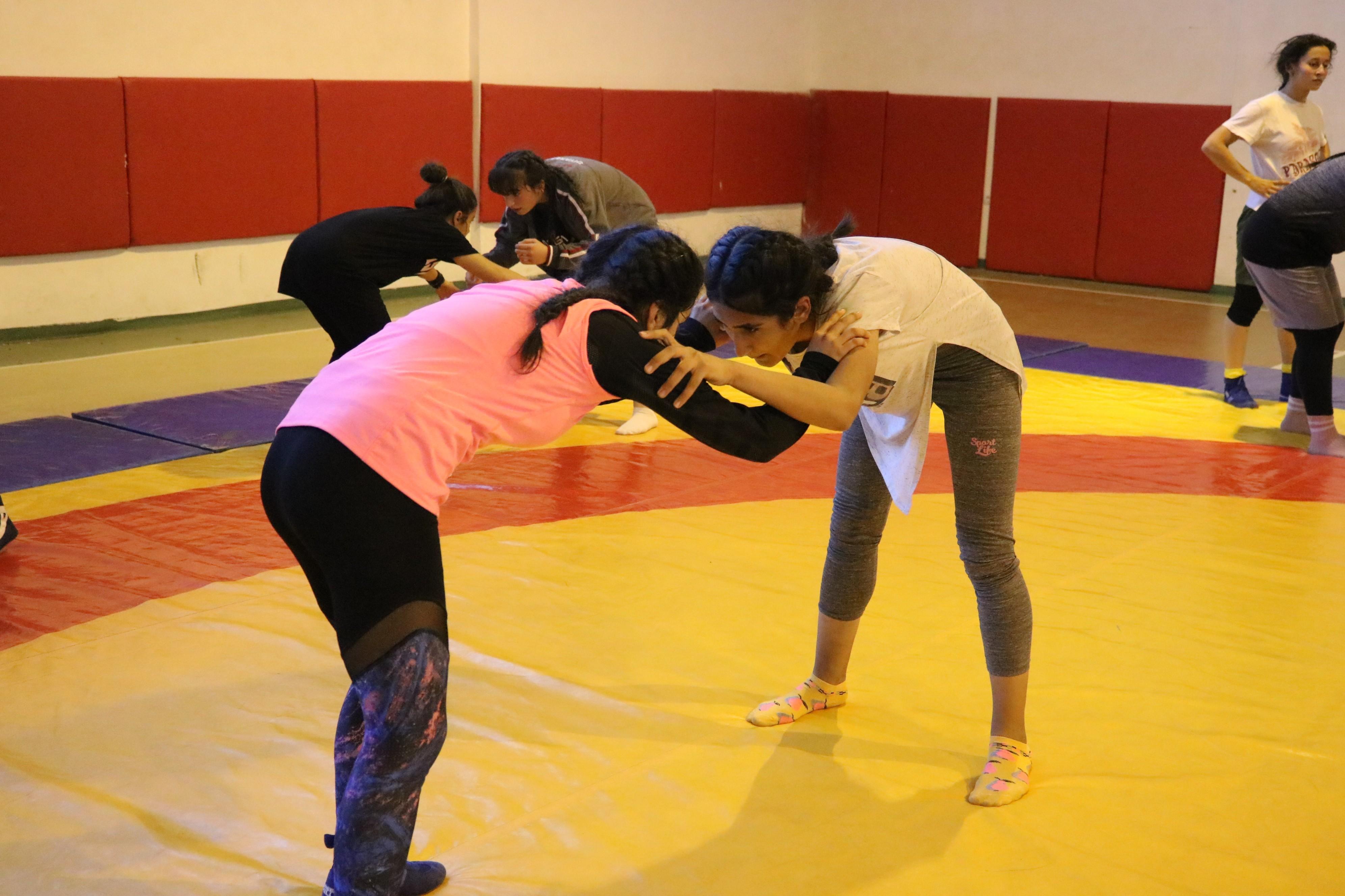 Diyarbakır'ın tek kız güreşçi takımının hedefi olimpiyatlar