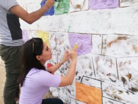 Hep beraber okul duvarını boyadılar