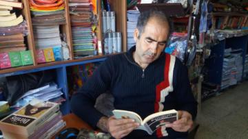 20 yıldır iş yerinde kitap okuyup öğrencilere örnek oluyor
