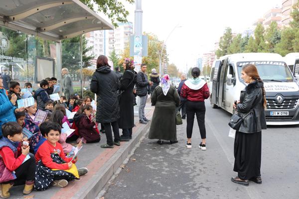 Otobüs duraklarında kitap okudular