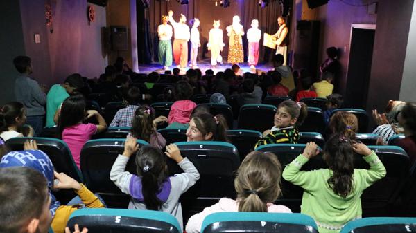 Dezavantajlı çocukları tiyatroyla buluştu