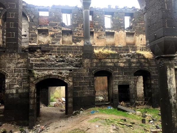 Zamanın insafına terk edilen tarihi Surp Sarkis Kilisesi