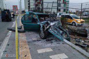 Otomobil bahçe duvarına çarptı: 2 ölü