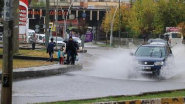 Sağanak yağış caddeleri sular altında bıraktı