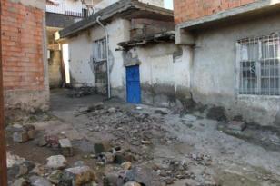 Duvar çöktü anne ve kızı altında kaldı