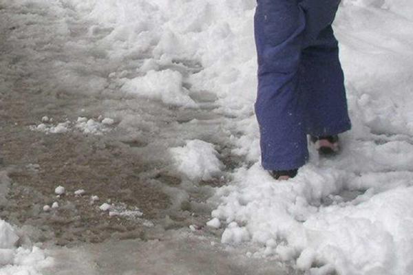 Islak ve buzlu zemine dikkat!